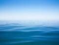 Claro cielo y mar o océano agua