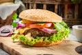 Closeupen av den hemlagade hamburgaren gjorde ââfrom nya grönsaker på gammalt trä att bordlägga Arkivbild