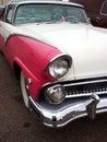 Coche clásico americano rosado y blanco clásico Foto de archivo libre de regalías