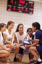 Coche femenino de team have team talk from del voleibol de la high school secundaria Fotografía de archivo libre de regalías