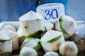 Cocos purificados en el mercado Fotos de archivo libres de regalías