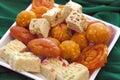 Farbistý indický cukroví v obyčajný biely jedlo