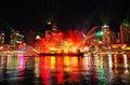 Color de noche en río de ciudad