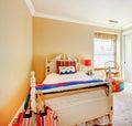 Zachte comfortabele slaapkamer met het rustieke bed van het ijzerkader royalty vrije stock - Volwassen slaapkamer stijl ...