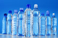 Composición con las botellas plásticas clasificadas de agua mineral Foto de archivo