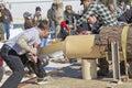 Concorrenza di two man bucksaw del boscaiolo a metà strada da parte a parte Immagine Stock