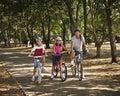 Conduite de bicyclette en stationnement Photos stock