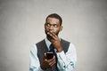 Zmatený výkonný přemýšlení na odpovědět na zpráva na chytrý telefon