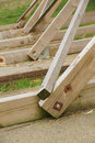 A construção de madeira torre feita do carvalho irradia se de encontro ao céu nebuloso Imagens de Stock