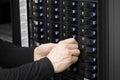 Consultor replace hard drive de las tic en el san Foto de archivo libre de regalías