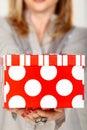Contenitore di regalo rosso del puntino di Polka Fotografia Stock