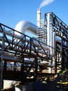 Contre le ciel industriel bleu de canalisations Photo libre de droits