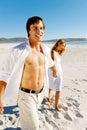 Coppie ambulanti spensierate della spiaggia Fotografia Stock Libera da Diritti