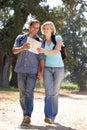 Coppie con il programma sulla camminata del paese Fotografia Stock