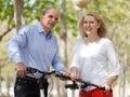 Coppie mature con le biciclette Fotografia Stock