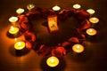 Coração com pétalas e luzes da vela Fotos de Stock Royalty Free