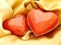 Corazones rojos en el oro Fotografía de archivo libre de regalías