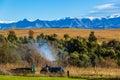 Cores de work mountain landscape do motorista do trator de exploração agrícola Fotografia de Stock