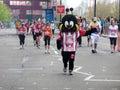 Corredores de la diversión en el maratón el 25 de abril de 2010 de Londres Imágenes de archivo libres de regalías
