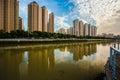 Costruzioni accanto al fiume suzhou sotto cielo blu e la nuvola bianca a shanghai Immagine Stock Libera da Diritti