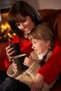 Cosy Relaksujący matki I Córki Dopatrywanie TV Zdjęcia Royalty Free