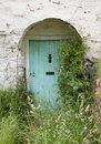 Cottage door england overgrown doorway in the shropshire village of clun Stock Photos