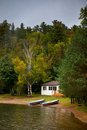 Cottage sul lago Fotografia Stock