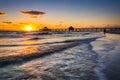 Coucher du soleil au dessus du pilier et du golfe du mexique de pêche dans le fort myers be Images libres de droits