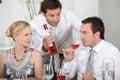 Couple satt dricka wine Royaltyfri Bild