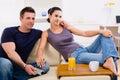 Couple tv watching young Στοκ φωτογραφίες με δικαίωμα ελεύθερης χρήσης