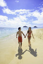 Couple walking on a hawaii beach Royalty Free Stock Photos