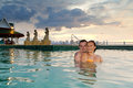 Couples affectueux dans la piscine tropicale Photo stock