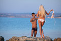 Couples attrayants sur la plage Photographie stock