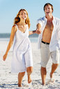 Couples de marche insousiants de plage Photographie stock