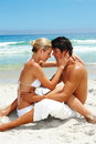 Couples de plage reposant ensemble des jeunes Photo stock