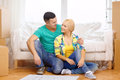 Couples de sourire regardant bluepring dans la nouvelle maison Photos stock
