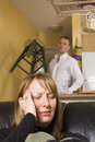 Couples discutant en appartement Images libres de droits