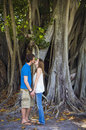 Couples embrassant sous l'arbre Photos libres de droits