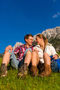 Couples heureux augmentant en montagnes d'alpe Photos libres de droits