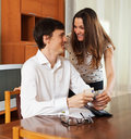 Couples heureux calculant le budget Photo stock
