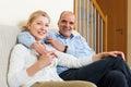 Couples heureux flirtant avec l amour et l étreinte ensemble Image stock