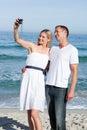 Couples heureux prenant des photos de lui-même Photos stock