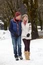 Couples marchant le long de la rue de Milou dans la station de sports d'hiver Photos stock