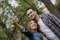 Couples prenant un selfie Photo libre de droits