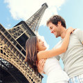 Couples romantiques de Tour Eiffel de Paris Photo stock