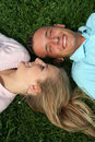 Couples se trouvant sur l'herbe Photos stock