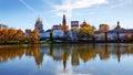 Couvent de novodevichy et son image retournée sur la surface de l eau m Photos stock