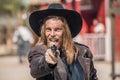 Cowboy points gun voi Fotografie Stock