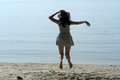 Cowboy woman jumping op strand Royalty-vrije Stock Foto's