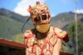 Croiser le regard tsechu de gangtey bhoutan un homme portant un masque panthère exécute une danse rituelle dans la cour d un Royalty Free Stock Images